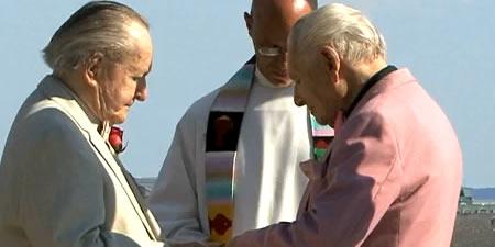 Bob Davis and Henry Schalizki (molemmat 89-vuotiaita) avioituivat Washington DC:ssä heti kun avioliittolakin muutos tuli voimaan. Heillä on takanaan 64 yhteistä vuotta.