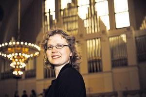 Muusikko Kati Pirttimaa, Kallion kirkon urkuri. (Kuva: Kirkko ja Kaupunki)