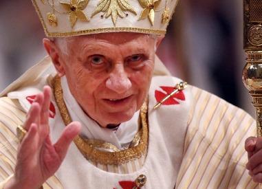 Kun paavi Benedictus XVI eli saksalaissyntyinen  Joseph Ratzinger yllättäen erosi virastaan viime helmikuussa, hän perusteli päätöstään voimiensa hiipumisella. Julkisuudessa on kuitenkin epäilty, että paavi halusi välttää katoliseen kirkkoon instituutiona kohdistuvaa skandaalia ja pelkäsi joutuvansa itse mm. Gibneyn dokumentissa esiettyjen tapausten takia kytketyksi  väärinkäytöksiin ja rikoksiin.