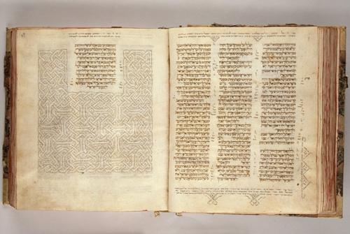 Vanha testamentti on alkuaan hepreankielinen. Uusi testamentti kirjoitettiin kreikan kielellä.