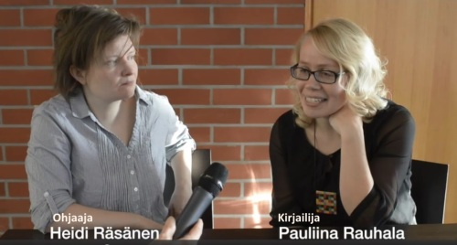 Tampereen työväen teatterin ohjaaja Heli Räsänen ja kirjailija Pauliina Rauhala keskustelevat Taivaslalulun  kantaesityksestä teatterin infotilaisuudessa.